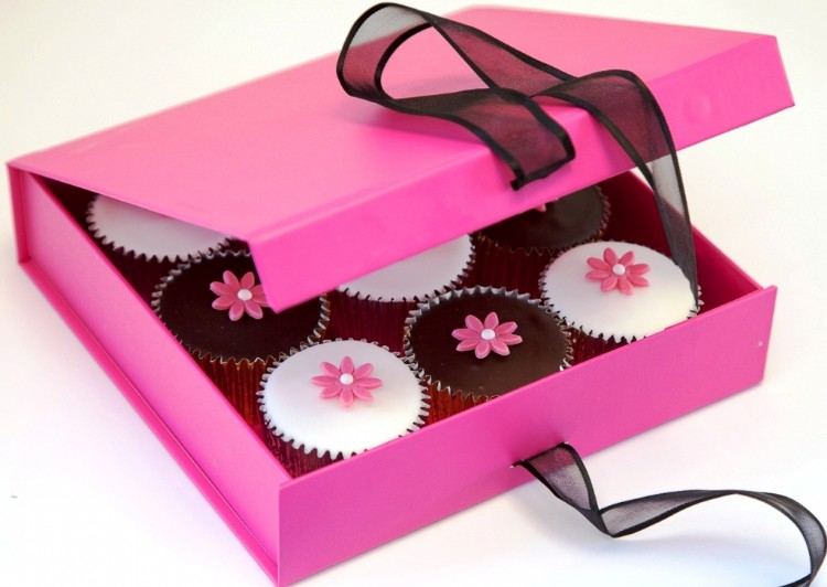 Cerise Gift Box of 9 Flower Cupcakes by Caketoppers - review and giveaway at http://lukeosaurusandme.co.uk